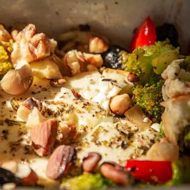 Lunchgerecht: Warme feta met gebakken groenten en pecannoten